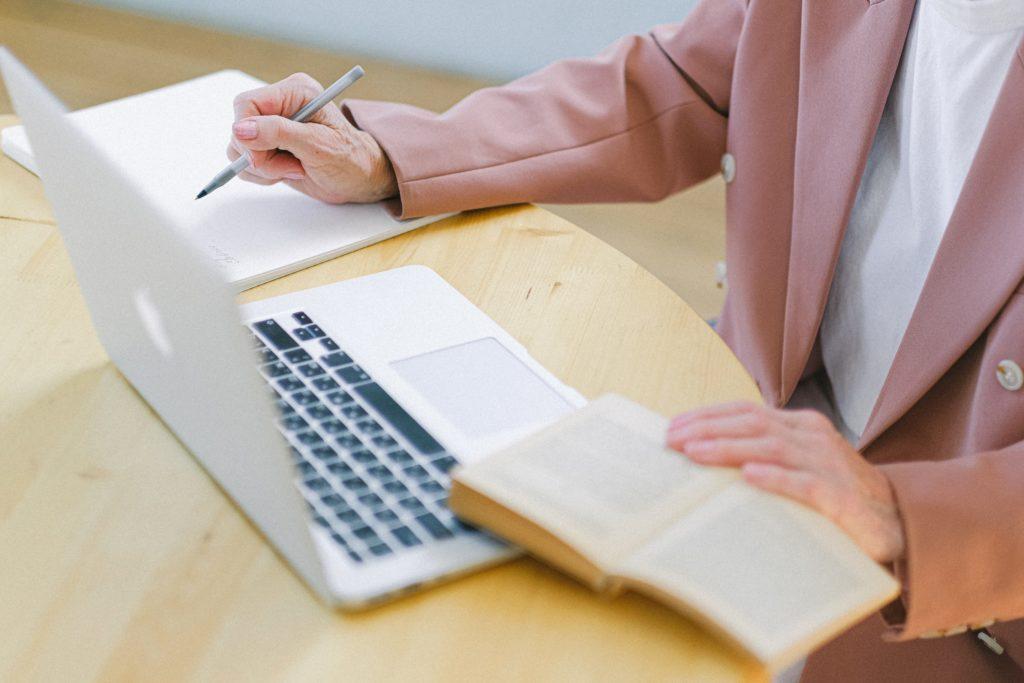 Étudier à la retraite Table cahier ordinateur et livre